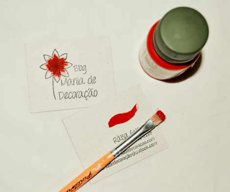"""Depois, pintei a flor e fiz um traço na parte de trás do cartão com a tinta guache. Como queria algo que mostrasse mesmo que foi algo feito por mim, a pintura da flor ficou mais desregular (o que achei que deu um """"charme"""" a mais no cartão)"""