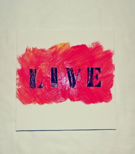 Depois, passei a tinta guache na tela e por cima das letras, fazendo elas de molde.